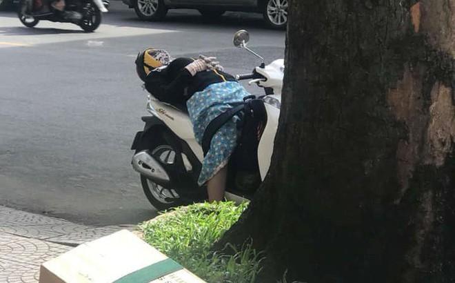Người phụ nữ mặc đồ chống nắng, vô tư ngả lưng ngủ giữa đường trên xe SH khiến cư dân mạng thích thú