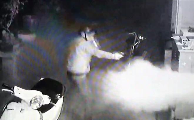 Cuộc đối đầu nghẹt thở giữa chủ nhà và 4 tên cướp có súng: Công an vào cuộc