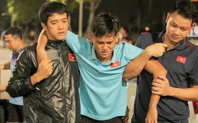 """Cầu thủ U18 Việt Nam đau đến phát khóc, được """"thần y"""" Hàn Quốc chữa ngay trên đường"""