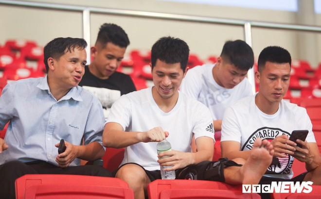 Đình Trọng chống nạng, lặng lẽ theo dõi U23 Việt Nam từ khán đài