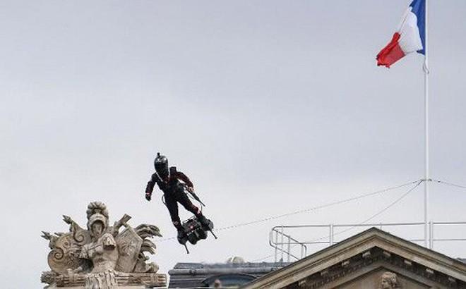 Video: Tổng thống Macron chăm chú xem người đàn ông 'bay' gây náo loạn Quốc khánh Pháp
