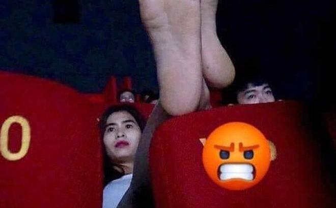 """Cô gái vô tư gác chân lên đầu của người ngồi phía trước trong rạp chiếu phim, dân mạng thi nhau """"hiến kế"""" trừng trị"""