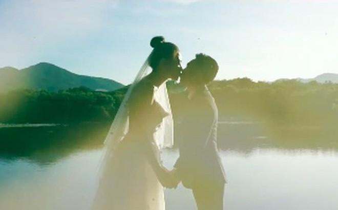 """Clip cưới của Cường Đô La và Đàm Thu Trang: Khoá môi cực ngọt, """"nắm tay đi khắp thế gian"""" bằng siêu xe"""