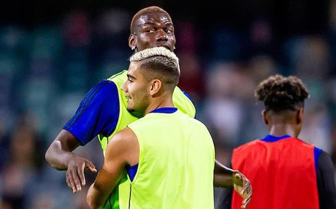Cầu thủ MU trộm điện thoại, ngăn Pogba ra đi