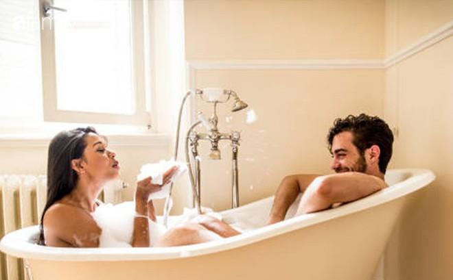 """Ham dùng thứ này để đổi mới """"chuyện ấy"""" ngay khi tắm, chị em dở khóc dở cười cầu cứu chuyên gia"""