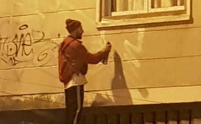 Dân mạng phẫn nộ truy tìm danh tính 2 người đàn ông ngoại quốc lén lút dùng sơn vẽ lên tường ở Đà Lạt lúc sáng sớm