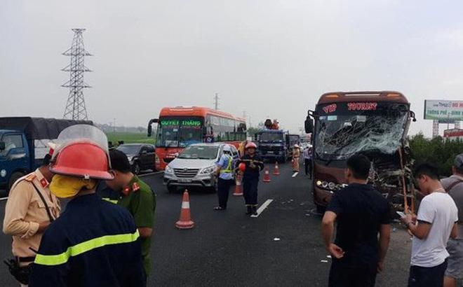 Hà Nội: Xe khách đâm xe rác, tài xế bị mắc kẹt trên ghế lái