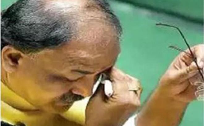 Chính trị gia òa khóc trước Quốc hội khi phân trần về đoạn video quan hệ đồng tính
