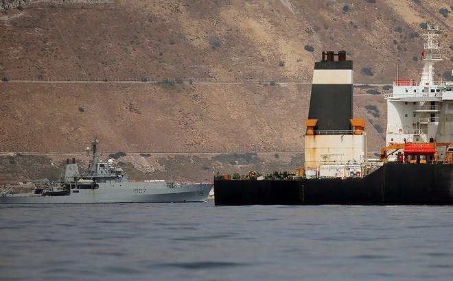 """Hải quân Hoàng gia Anh """"dàn trận"""" bảo vệ tàu hàng trên eo biển Hormuz"""