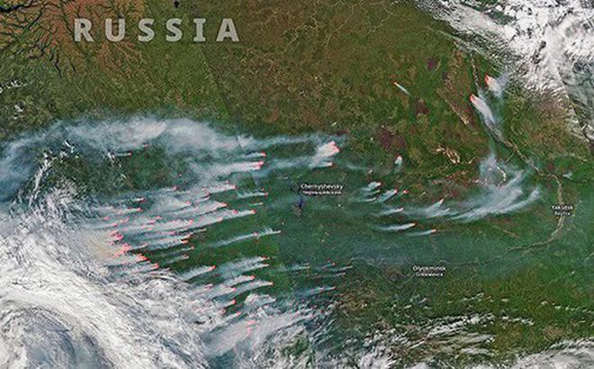 Khó tin nhưng có thực: Bắc Cực đang bốc cháy cực mạnh, và đám cháy ấy lớn đến mức nhìn thấy được từ ngoài vũ trụ