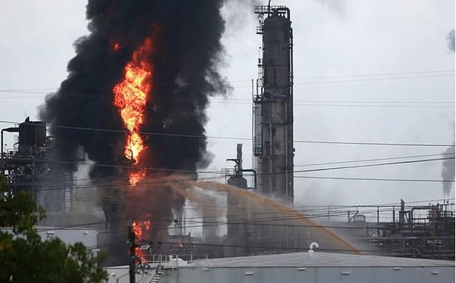 Lửa cháy ngùn ngụt tại nhà máy lọc dầu ở Mỹ