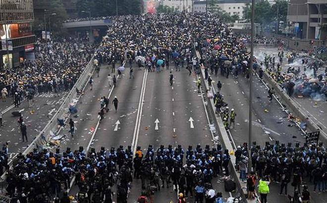 Hong Kong tiếp tục rúng động vì biểu tình phản đối sự can thiệp của Mỹ