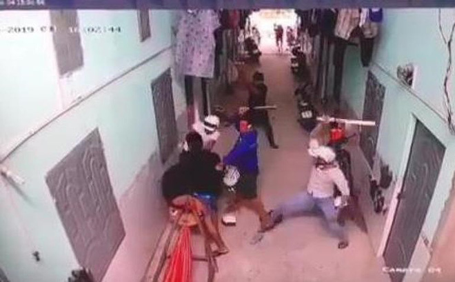 Camera ghi cảnh nhóm thanh niên vây chém người ở Bình Dương