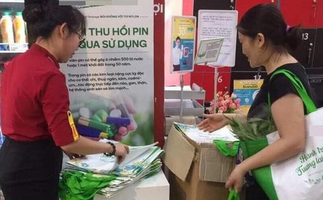 Hà Nội: Bà chị hào phóng, mua hẳn 150 chiếc túi bảo vệ môi trường để tặng các khách hàng khác cùng đi siêu thị