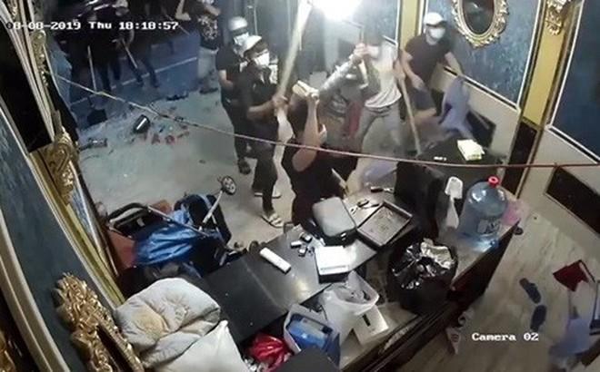 Nhóm côn đồ mang hung khí xông vào đập phá nhà hàng
