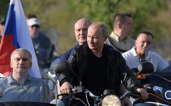 Video: Tổng thống Putin oai vệ lái xe phân khối lớn chở quan chức Crưm dự lễ hội motor