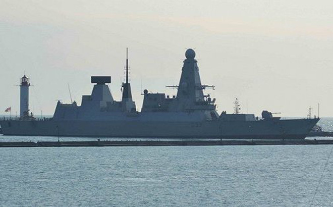 Video: Xôn xao tàu Iran rượt đuổi tàu chiến Anh như phim hành động