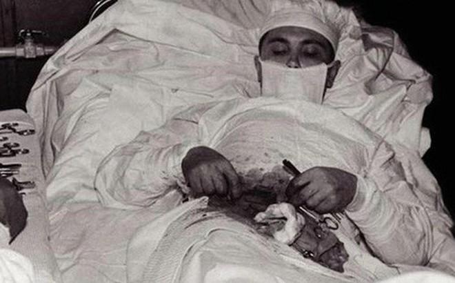 Câu chuyện phía sau bức ảnh vị bác sĩ tự mổ bụng cứu chính mình và minh chứng hùng hồn về sức mạnh ý chí của con người