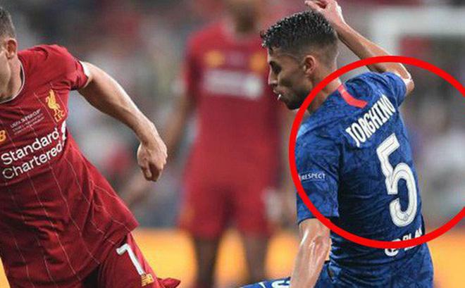 Siêu cúp châu Âu: Tiền vệ Chelsea tung tăng thi đấu mà không biết mình đang cosplay người khác vì sai sót của nhân viên in áo