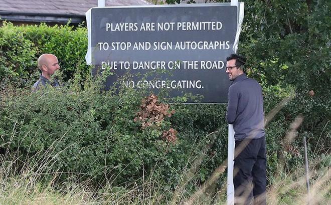 Vì sao cầu thủ M.U bị cấm dừng xe ký tặng và chụp ảnh với CĐV?