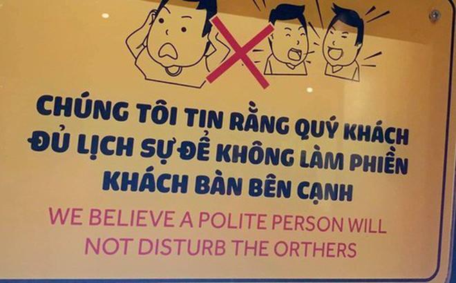 """Quán ăn khiến dân mạng tranh cãi vì đặt tấm bảng khuyên khách lịch sự nơi công cộng hay đang """"dằn mặt"""" và mỉa mai khách?"""