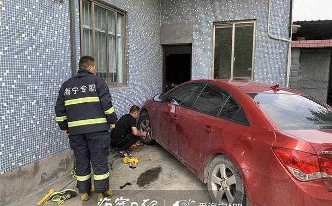 Chỉ muốn giúp con trai đi rửa xe, bố vô tình gây ra bi kịch khiến ông ân hận suốt đời