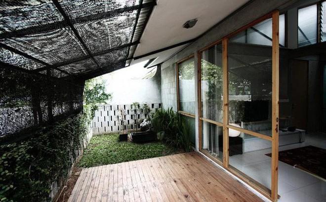 Nhà cấp 4 có nét đẹp thanh xuân từ cây cỏ phủ xanh bê tông thô cứng với chi phí 345 triệu