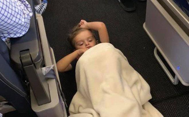 Cậu bé 4 tuổi tự kỷ liên tục quậy phá, làm phiền hành khách trên chuyến bay nhưng cách cư xử của những người lớn văn minh khiến người mẹ ấm lòng