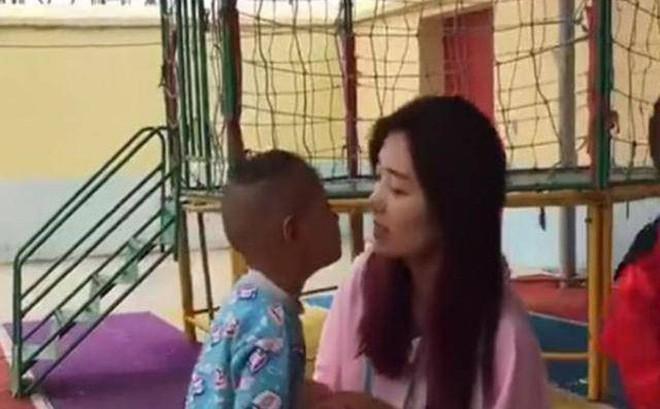 """Bé trai liên tục """"tấn công"""", đòi hôn môi cô giáo xinh đẹp nhưng phản ứng của cô đã khiến nhiều người bất ngờ"""