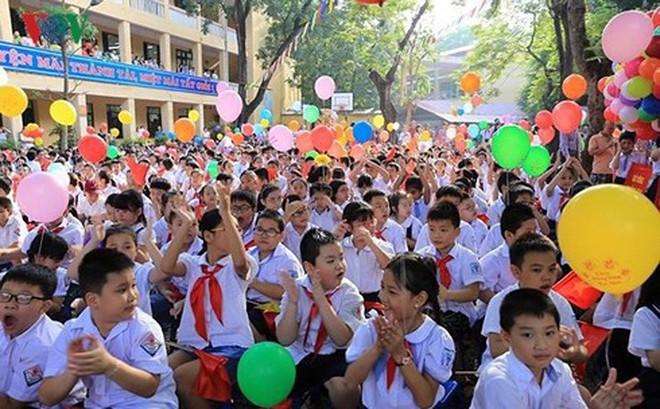 Học sinh cả nước khai giảng trong tiết trời mưa nắng đan xen