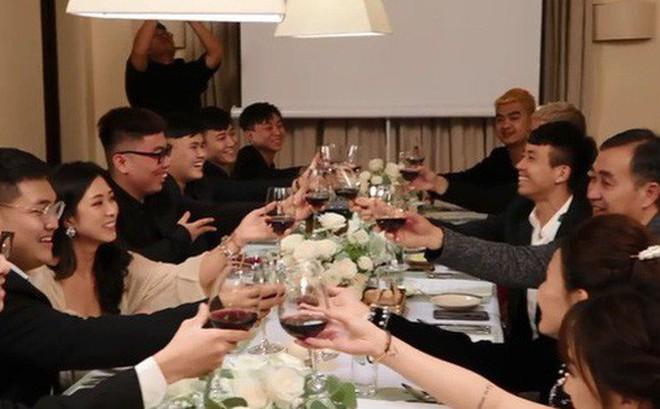 Đại gia đình Minh Nhựa bị bắt lỗi 'thanh lịch' khi thần thái sang chảnh nhưng cách cầm ly rượu lại kém sang thế này