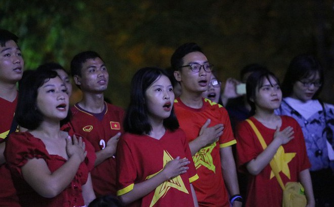 CĐV Thủ đô cháy hết mình cổ vũ, tin Việt Nam sẽ thắng 1-0 trước Thái Lan