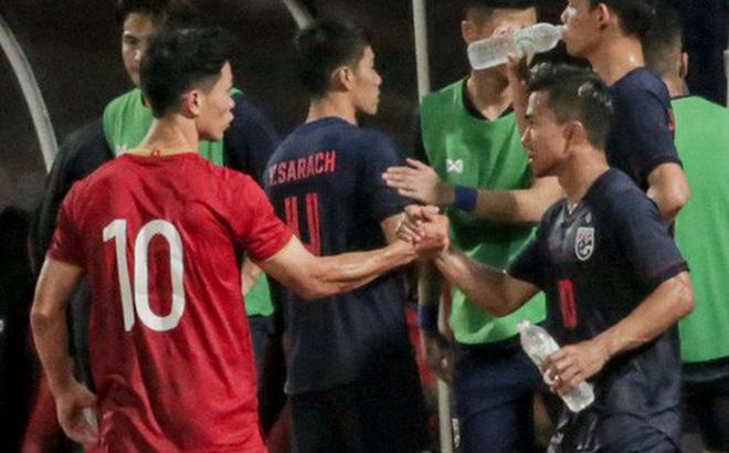 """Công Phượng trò chuyện, nắm chặt tay """"Messi Thái Lan"""" trước những cái nhìn kỳ lạ của đồng đội"""