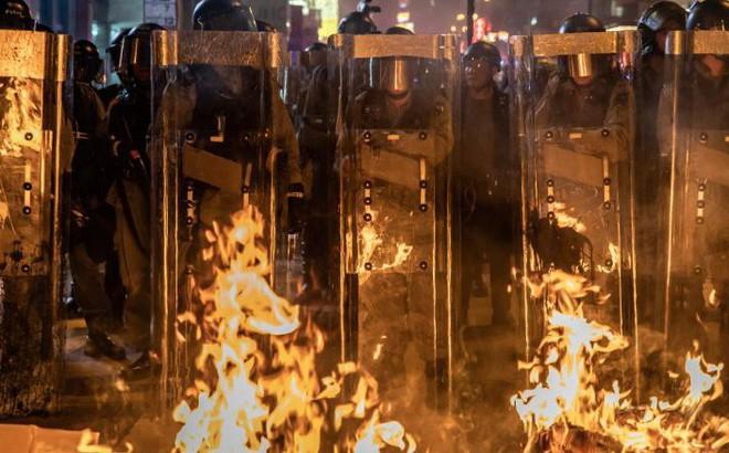Cảnh sát Hong Kong lục soát xe tới sân bay, nói người biểu tình giả làm PV