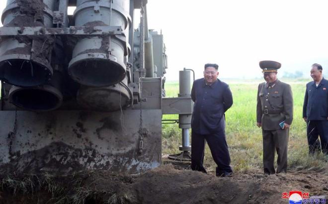 Ông Kim Jong Un giám sát thử bệ phóng tên lửa siêu lớn