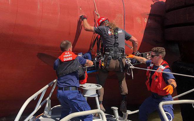 Nín thở xem giải cứu 4 thủy thủ mắc kẹt suốt 35 giờ trong tàu hàng bị lật