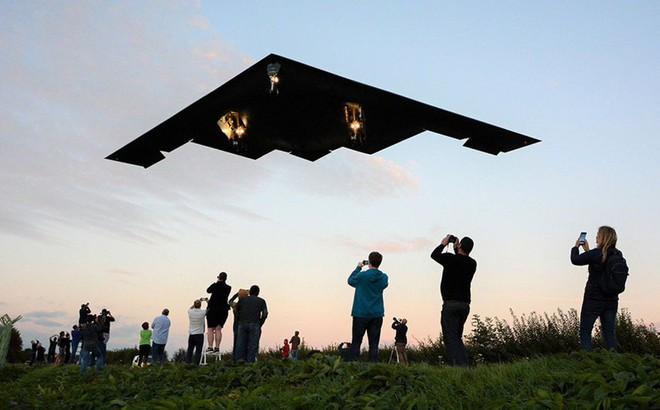 Siêu máy bay ném bom tàng hình Mỹ bay sát đầu người ở Anh
