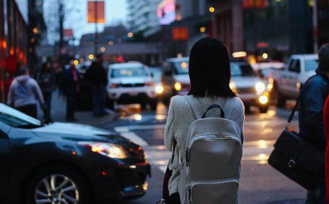"""Cảnh du học sinh nhà ít tiền vẫn cố đi du học: Rửa bát đến trắng bóc tay như Ngọc Trinh, tự gồng thành """"đại ca đường phố"""" vì cảnh ma cũ bắt nạt ma mới"""
