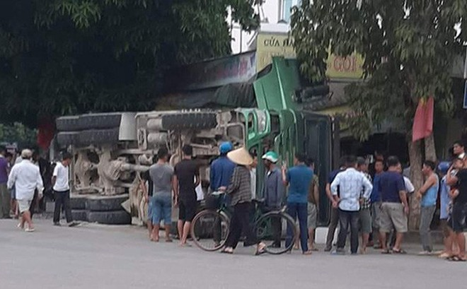 Xe tải chở đá bị lật làm sập nhà dân ở Nghệ An