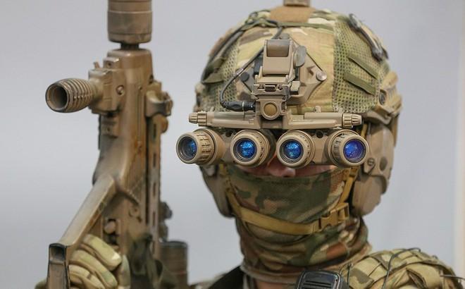 Lính đặc nhiệm Ukraine đeo kính nhìn xuyên đêm, xách súng trường đi đấu game
