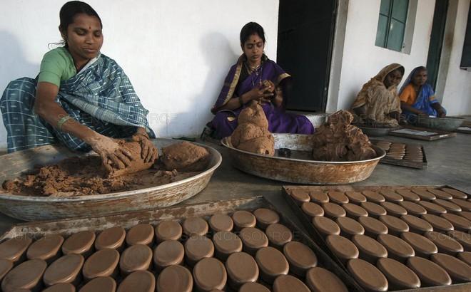 Ấn Độ phát động làm xà phòng phân bò, bình nước ống tre