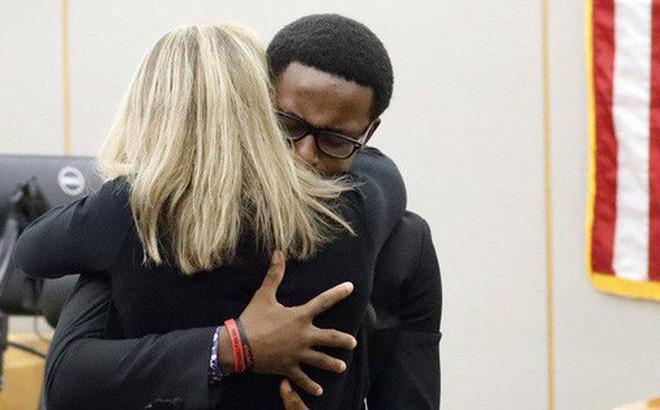 Cậu bé 18 tuổi ôm chầm và tha thứ cho nữ cảnh sát 'vào nhầm nhà' rồi bắn chết anh trai mình