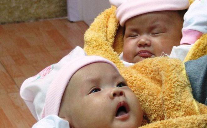 """""""Rụng tim"""" với 2 cô bé song sinh dính liền ngày xuất viện"""