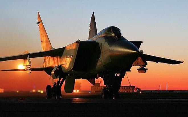 """Xem màn xuất kích """"xé nát bầu trời đêm"""" của tiêm kích đánh chặn MiG-31BM"""