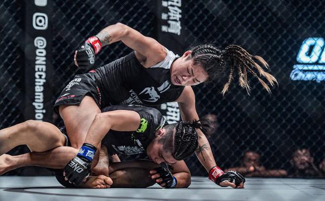 Hot girl MMA Angela Lee tung mưa đòn bảo vệ thành công đai vô địch thế giới