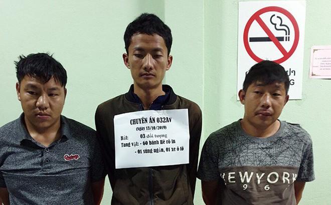 """Thủ súng quân dụng, """"cõng"""" 60 bánh heroin vào Việt Nam"""