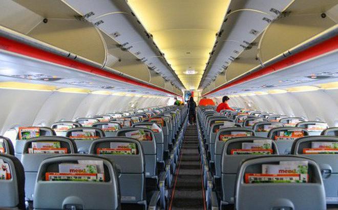 Gia đình vô tư thay tã, cho con nhỏ đi vệ sinh vào trong chai khiến máy bay bốc mùi y như toilet, hành khách phẫn nộ tột độ