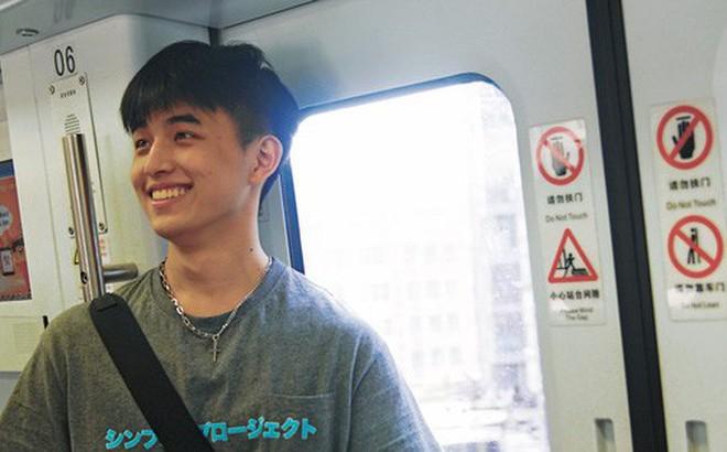 Vô tình va phải anh đẹp trai trên tàu điện ngầm, chị em hú hét: Con trai hay cười auto cộng 100 điểm thiện cảm anh ơi!