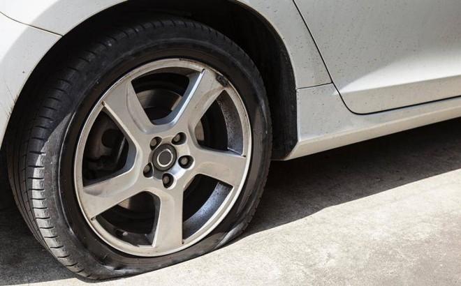 Nổ lốp xe khi đang di chuyển giữa đường phải làm thế nào?