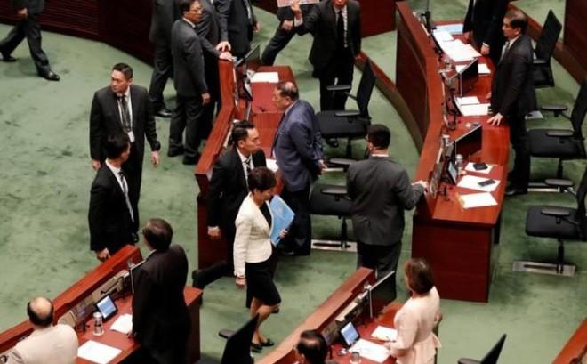 Hỗn loạn trong phiên họp của Hội đồng Lập pháp Hồng Kông